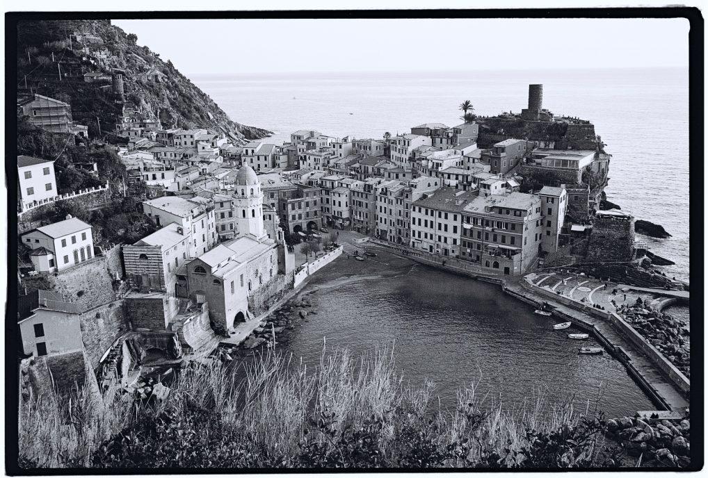 La tour génoise du joli village de Vernazza © Yann Vernerie