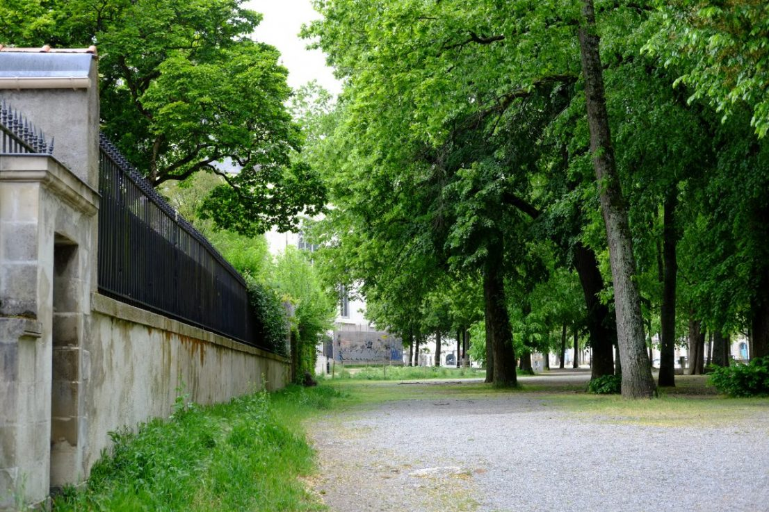L'agréable cour Saint-Pierre qui relie la cathédrale au château