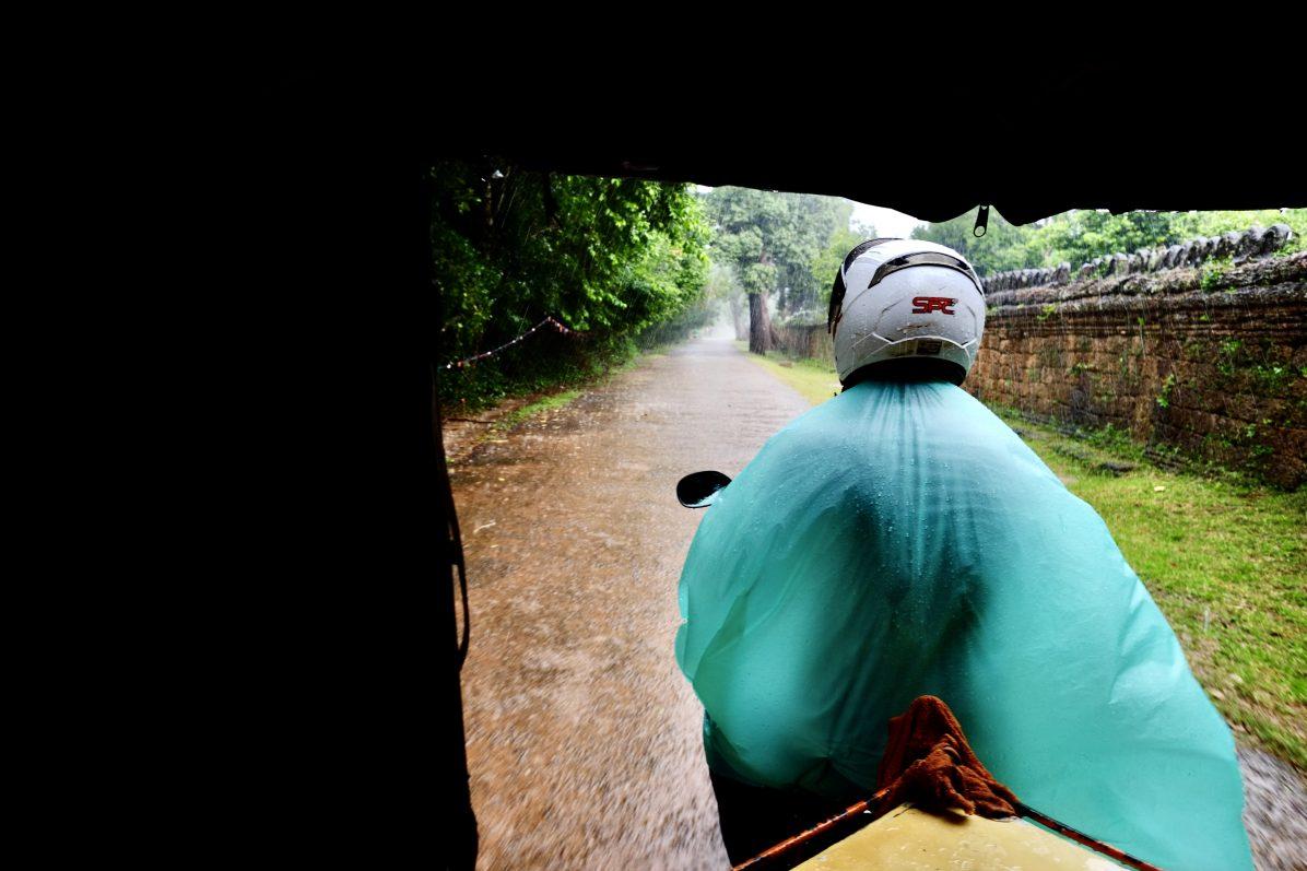 Le chauffeur du tuk-tuk sous la pluie Angkor hors-champ