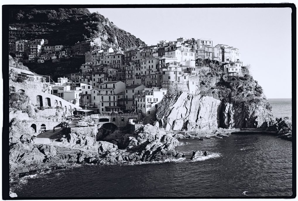 Le joli village de Manarola en noir et blanc et au Leica