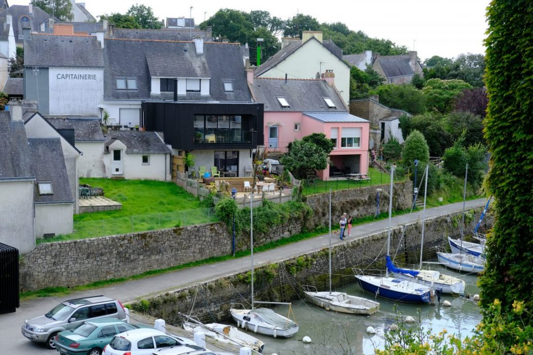 Le petit port du Bono et des maisons aux toits en ardoises