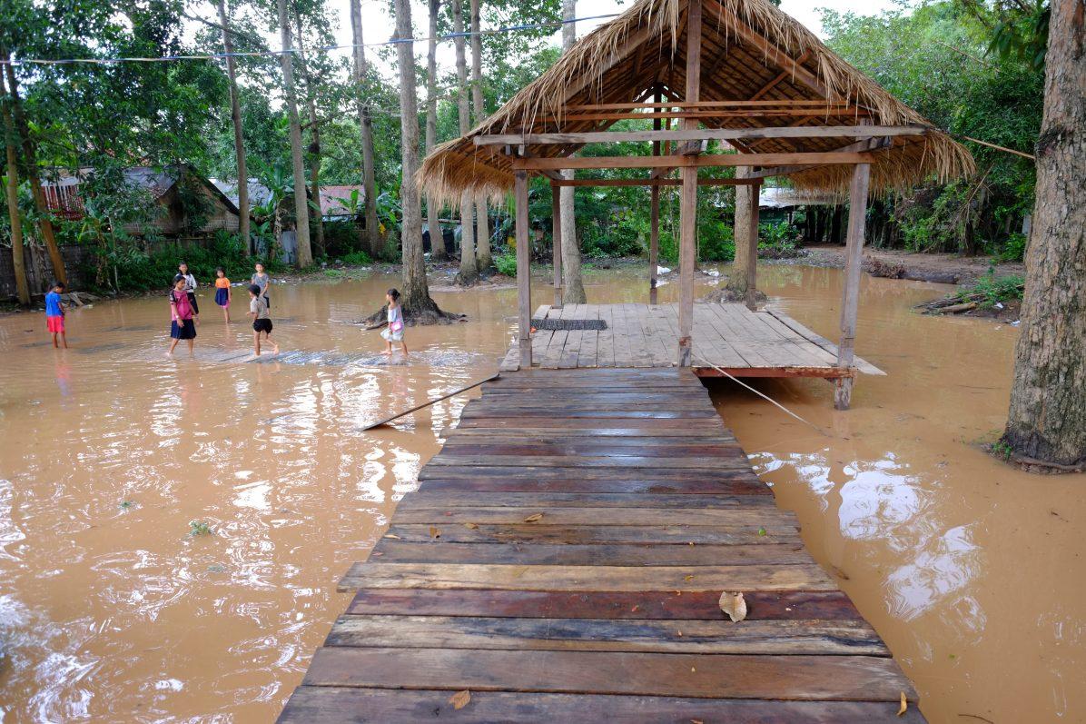 Quelques maisons à la fin de la mousson, Angkor Wat hors-champ
