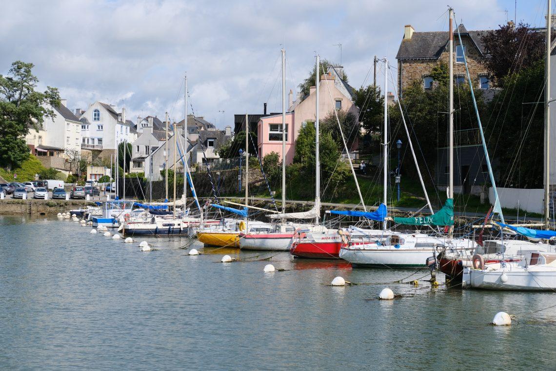 Quelques voiliers amarrés dans le petit port secret du Bono, quai Surcouf