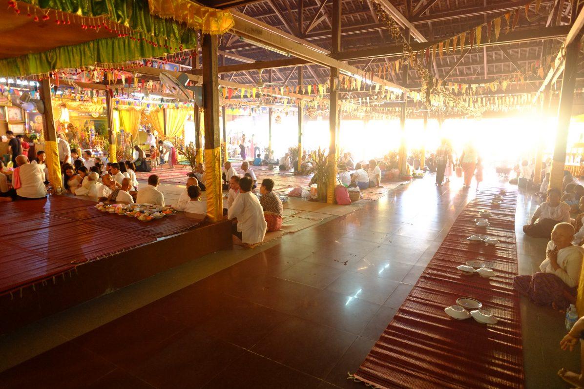 Un jour de fête dans un petit temple récent à Angkor
