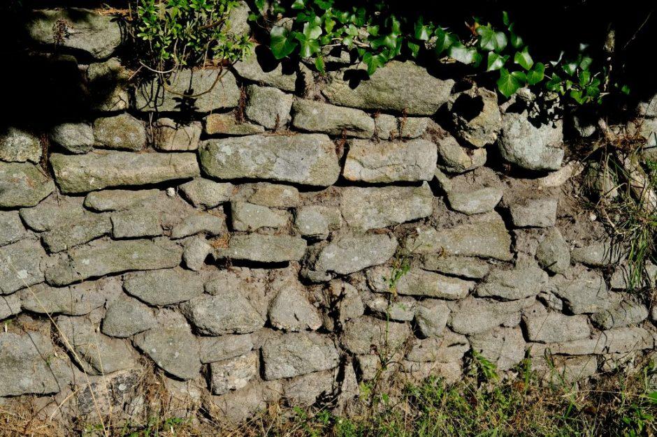 Un mur de pierre le long des petits sentiers de Clis