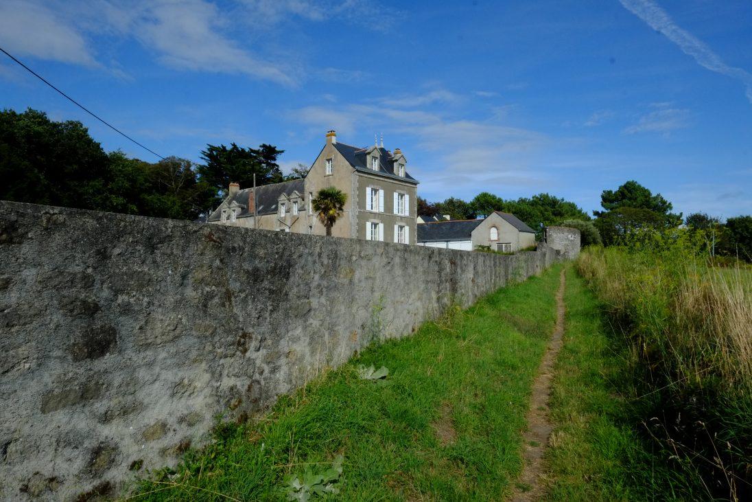 Un petit sentier le long du mur d'enceinte de Clis