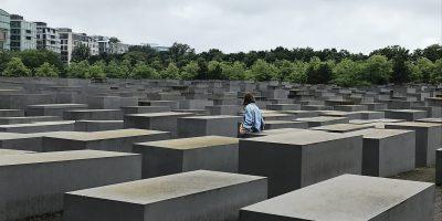 Un zoom sur les stèles du Mémorial aux Juifs assassinés d'Europe