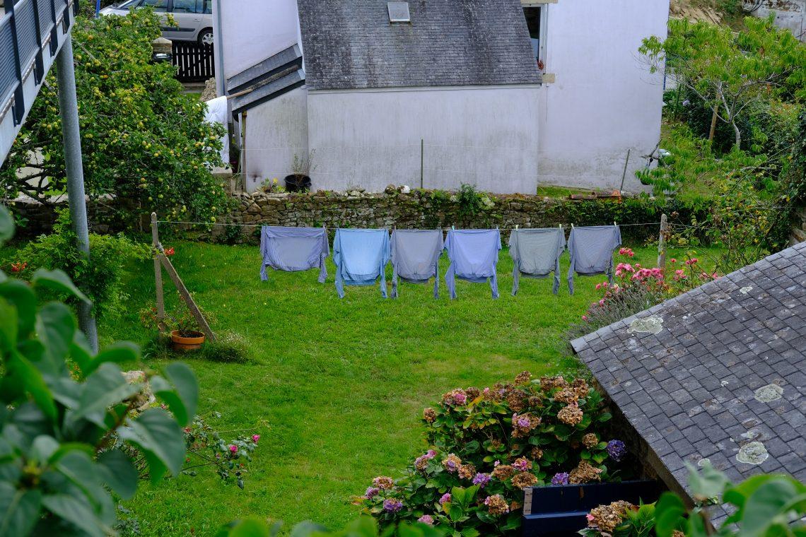 Une lessive en train de sécher dans un petit jardin