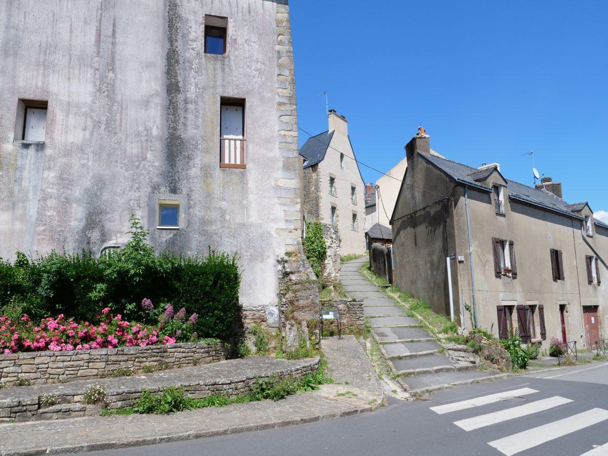 Une ruelle typique de la Roche-Bernard qui relie la ville haute au port
