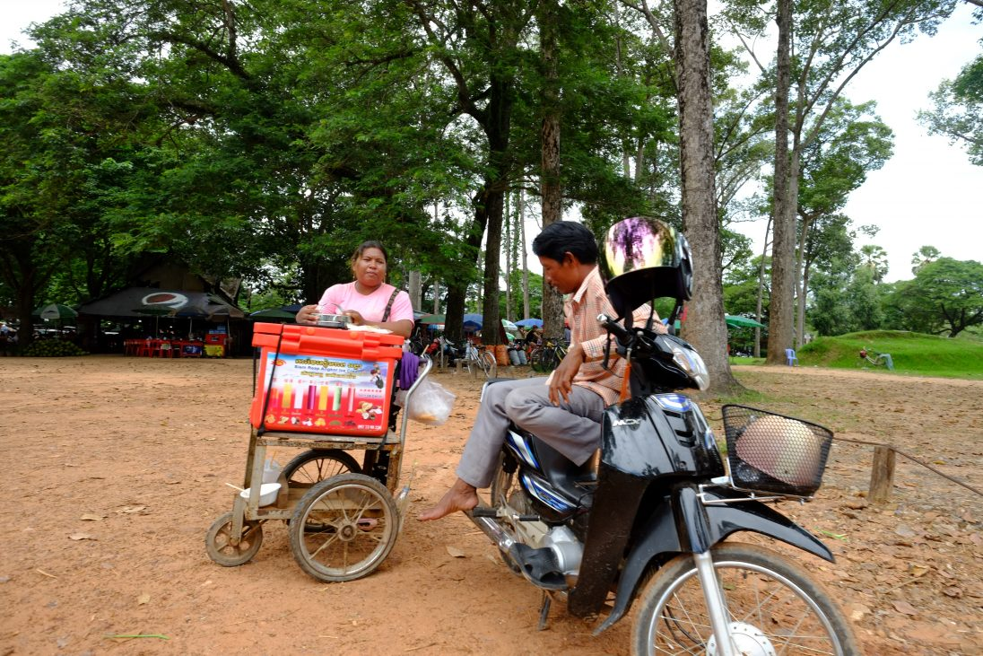 Une vendeuse ambulante et un chauffeur