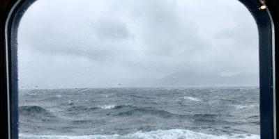 Une vue depuis le hublot d'un bateau en Patagonie Antarctique