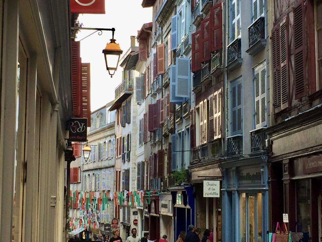 Dans les rues du cœur de la capitale basque