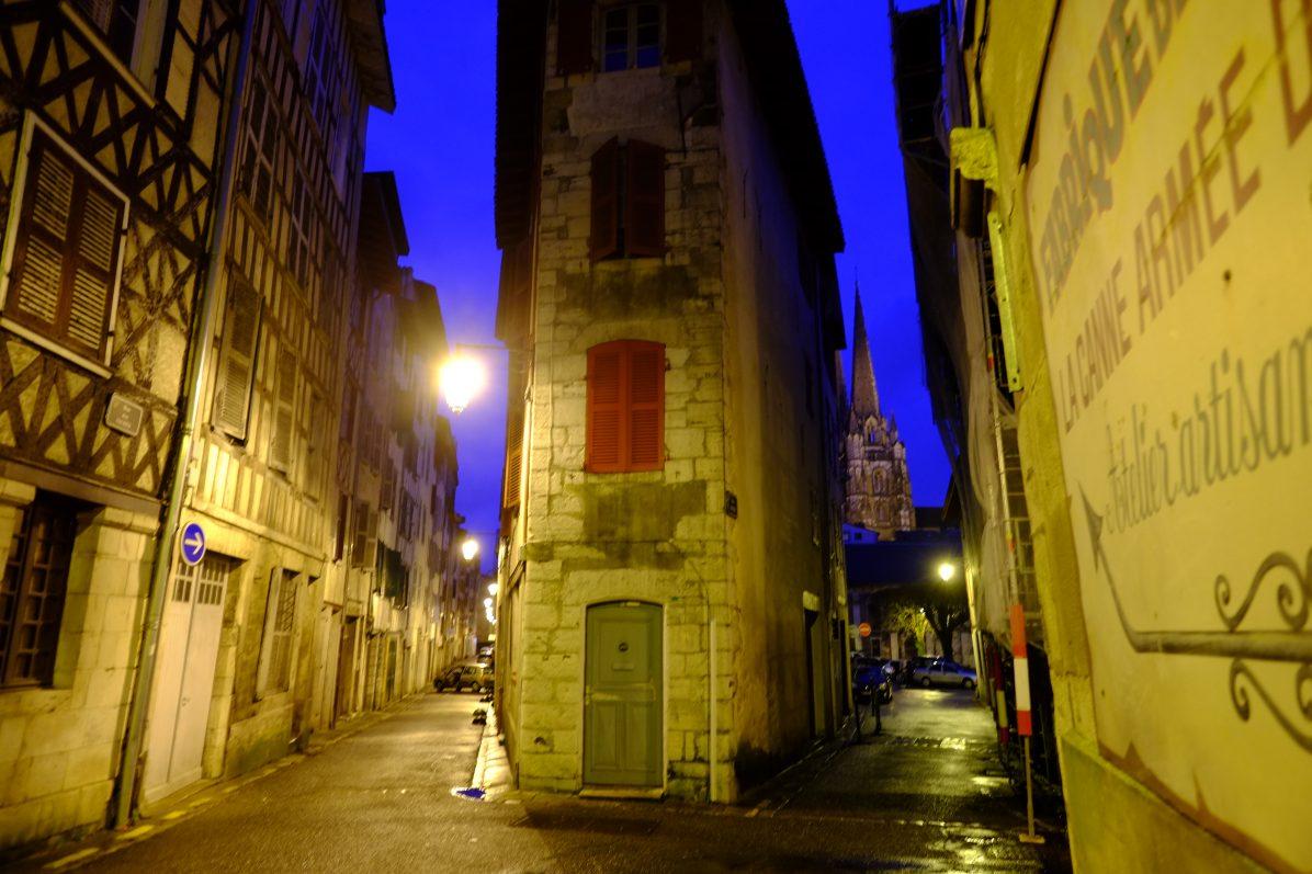 Dans les rues du vieux Bayonne de nuit et en hiver
