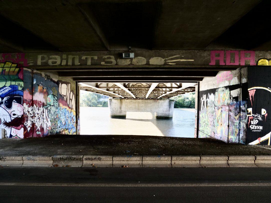 De jolies fresques sur les piles d'un pont à Nantes
