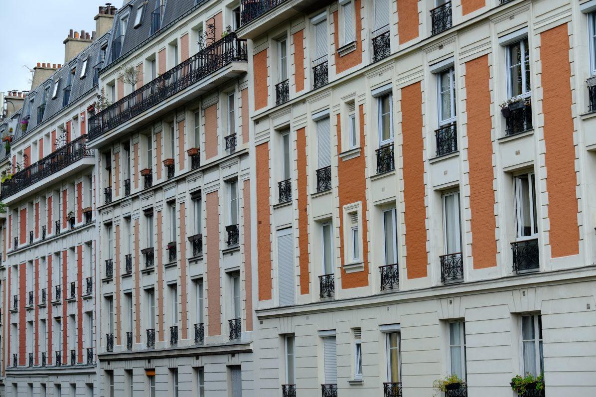De jolis immeubles sur la butte Montmartre face au Sacré Cœur
