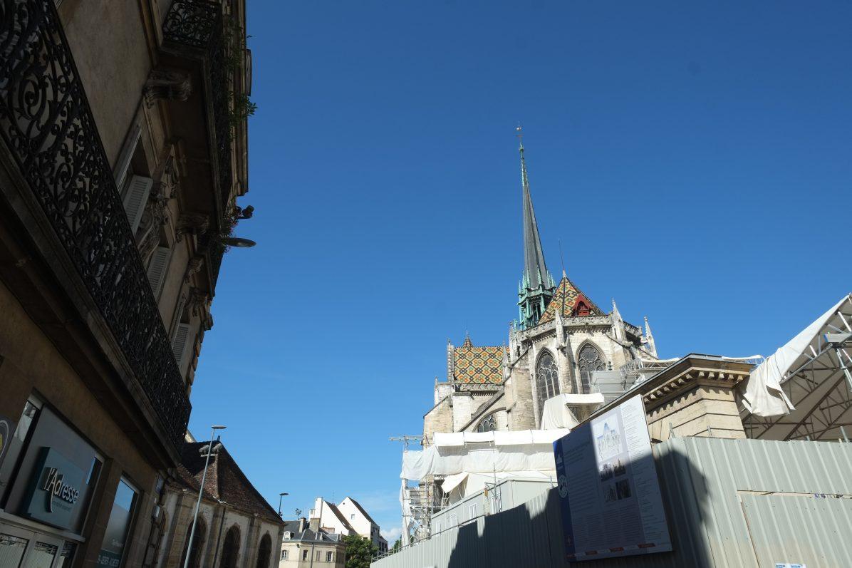 La cathédrale Sainte-Bénigne pendant son chantier de rénovation