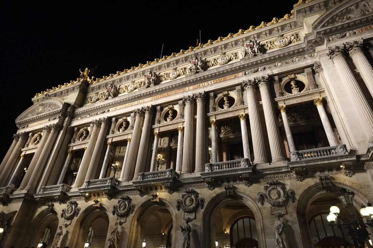 La façade de l'Opéra Garnier pendant la nuit