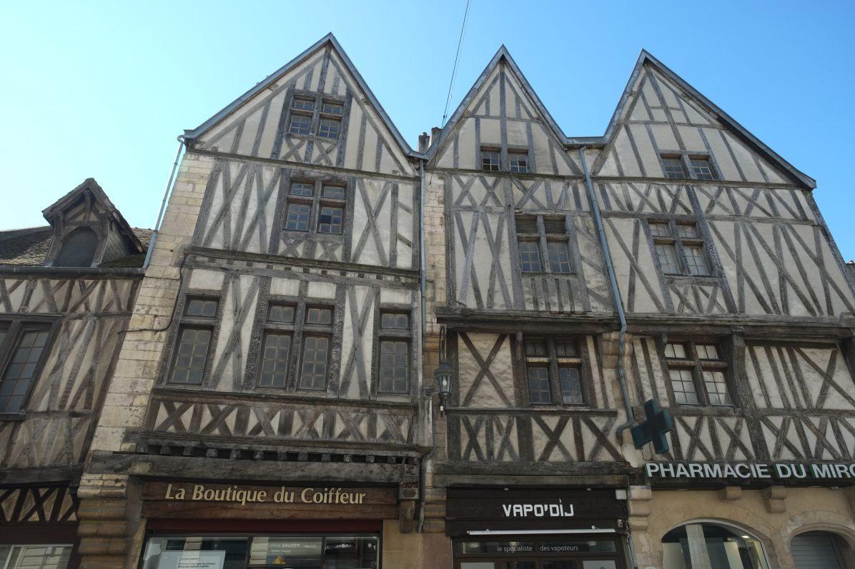 La maison aux trois visages à l'angle de la rue de la Liberté et de la rue Bossuet