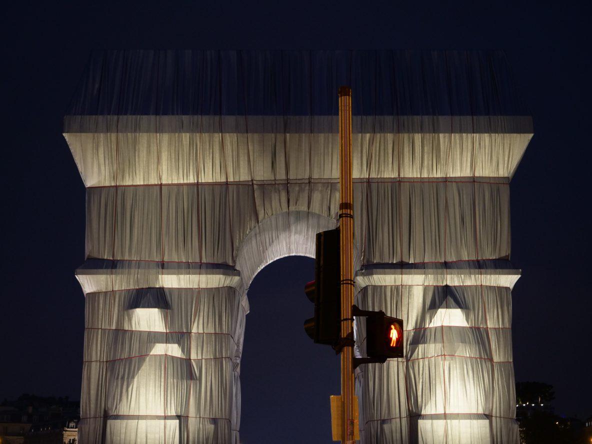 La vue sur l'Arc de Triomphe emballé depuis l'avenue de la Grande Armée
