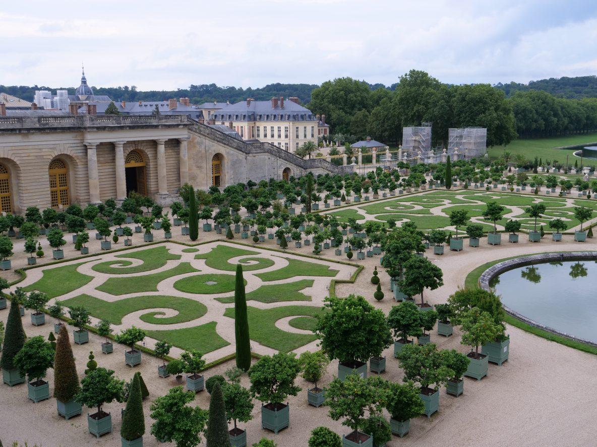 L'aile gauche de l'Orangerie avec Versailles en arrière plan