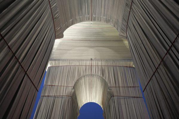 L'arc de Triomphe emballé par Christo vu de nuit