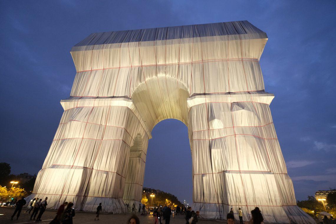 L'arc de triomphe emballé vu de nuit