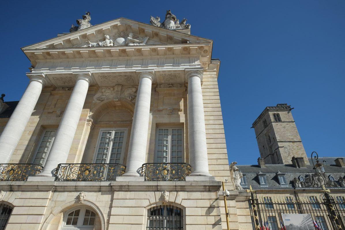 Le Palais des Etats et la tour de Philippe le Bon sous le soleil