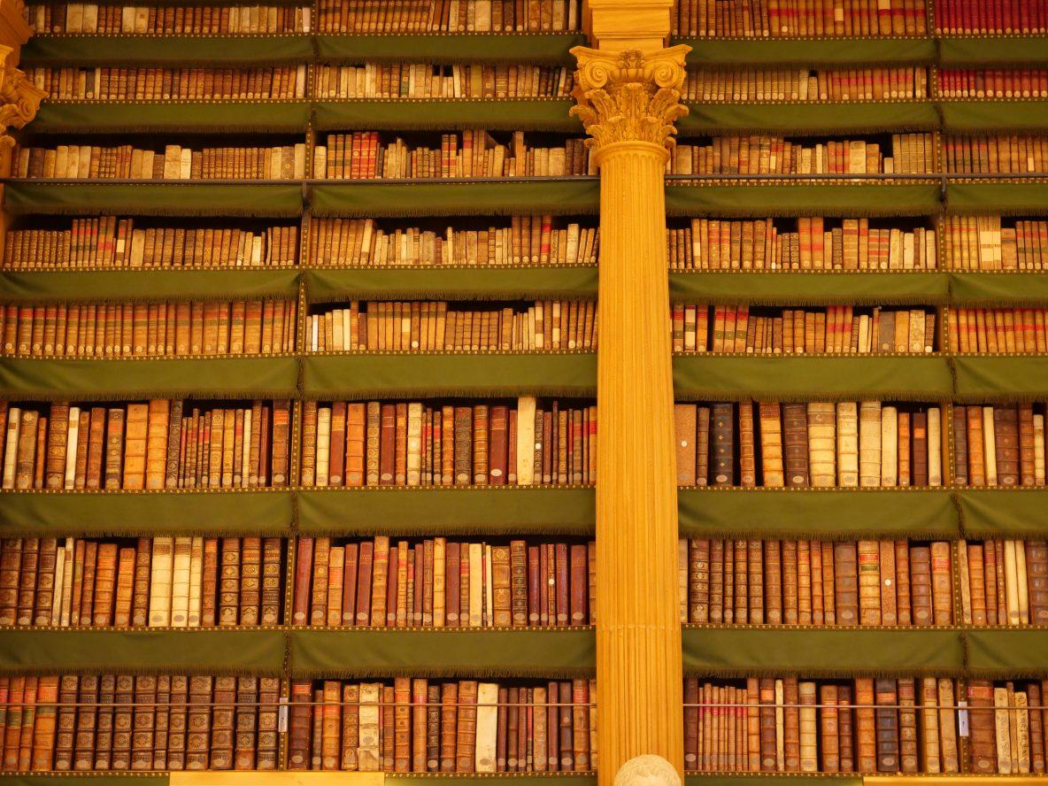 Le rayonnage de la bibliothèque l'Institut de France