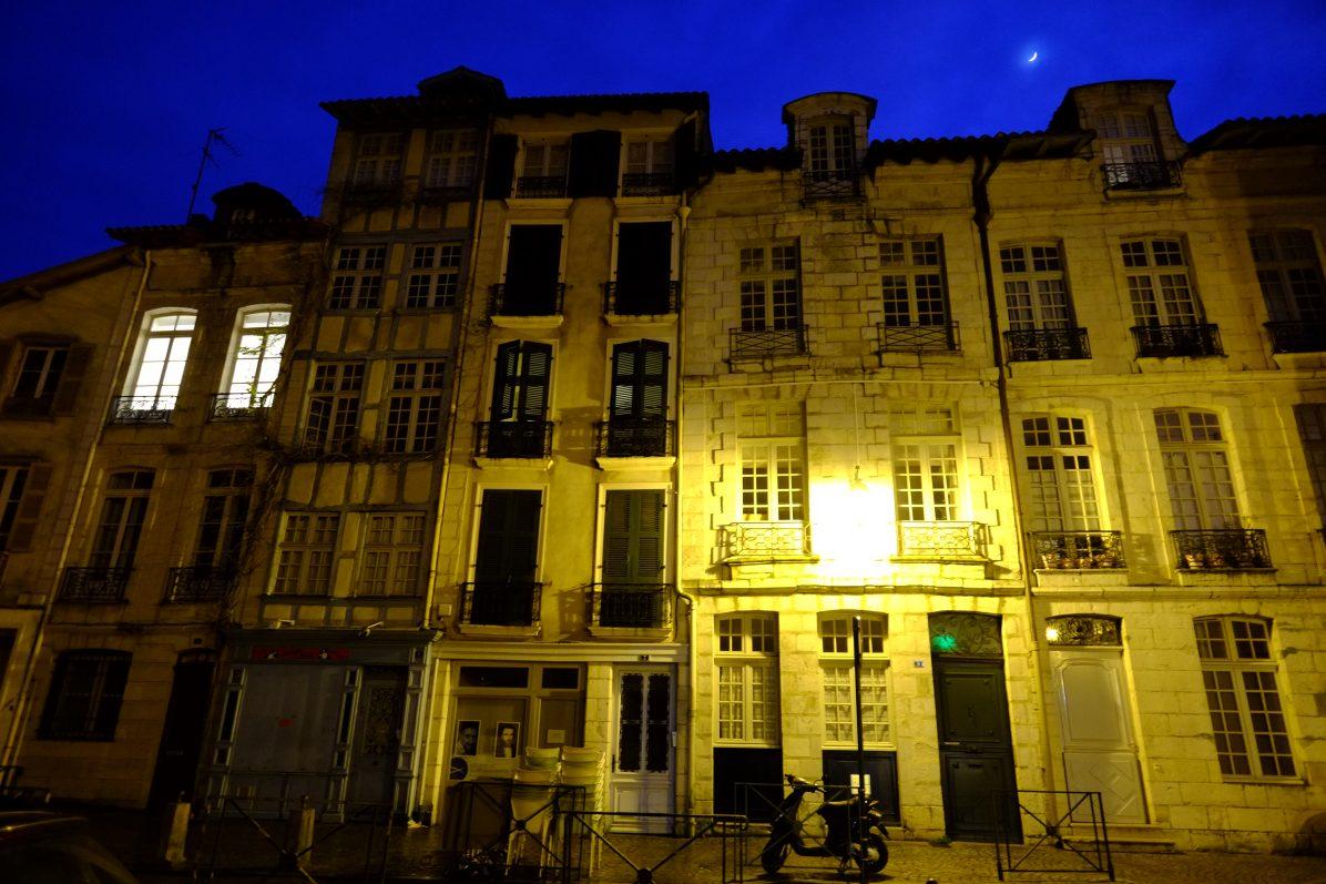 Les beaux immeubles de Bayonne pendant la nuit