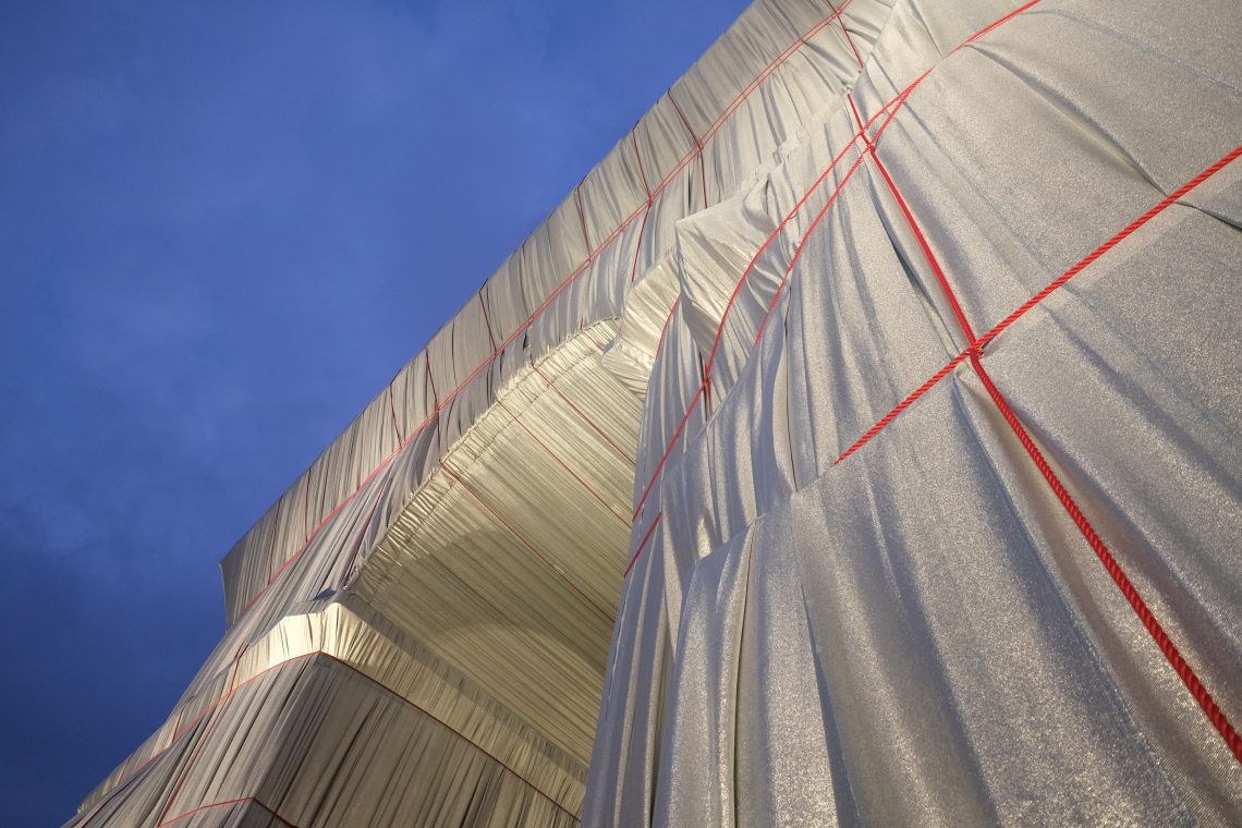 Les cordes rouges qui maintiennent le tissu sur l'Arc de Triomphe