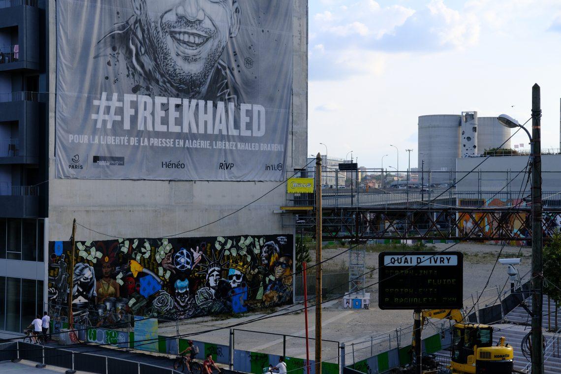 Les fresques du terrain vague de quai d'Ivry et la bâche #freekhaled