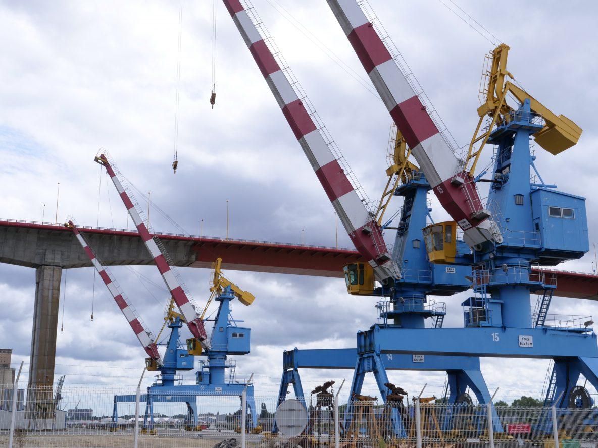 Les immenses grues du port de Nantes