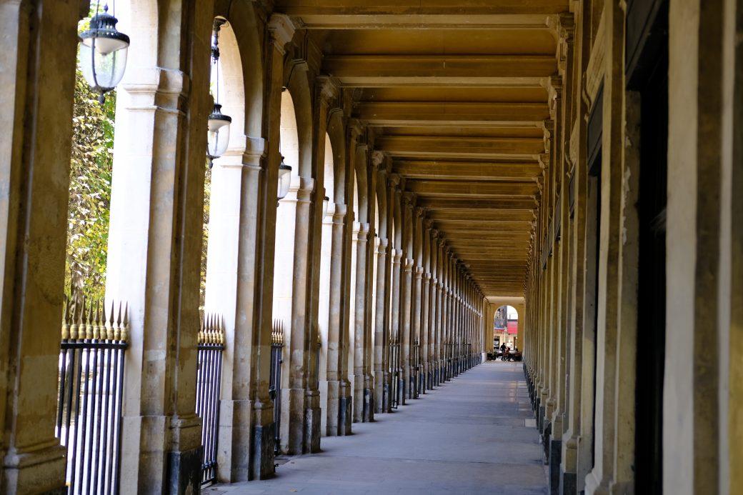 Les inoubliables perspectives sous les arcades du Palais Royal