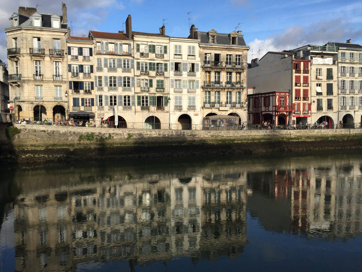 Les jolis reflets dans la Nive à Bayonne