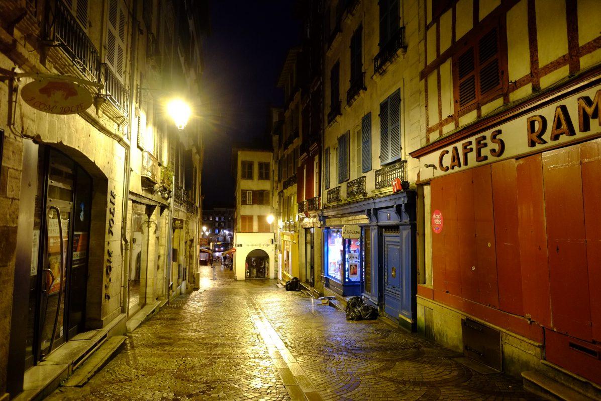 Les rues désertes de Bayonne en hiver