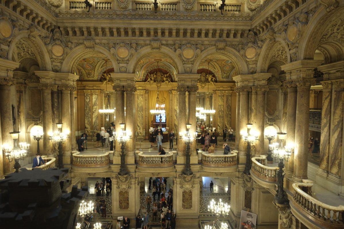 L'immense atrium du Palais Garnie un bâtiment colossale à Paris