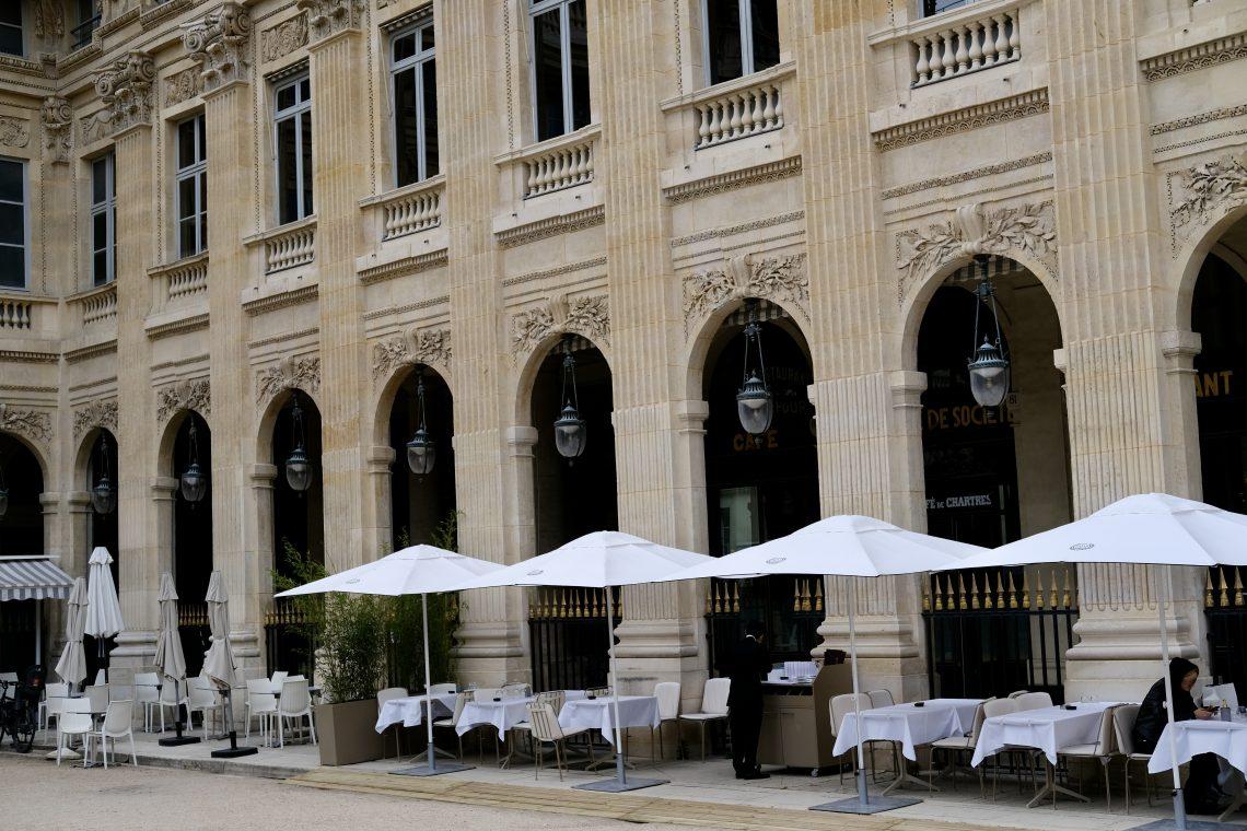 L'un des restaurants qui borde le jardin du Palais Royal