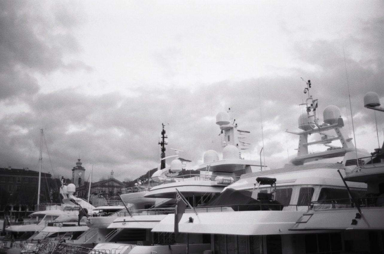 Quelques superyachts amarrés dans le port de Nice