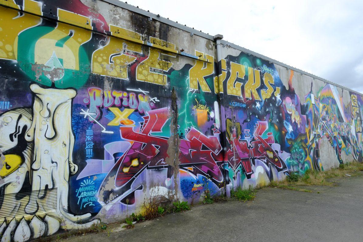 Un long mur pris d'assaut par le street art