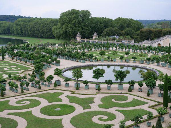 Un plan serré sur le bassin circulaire de l'Orangerie