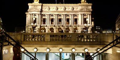 Une bouche de métro au pied de l'Opéra Garnier