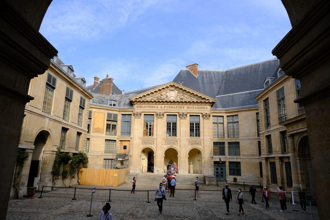 Une cour intérieure de l'académie française