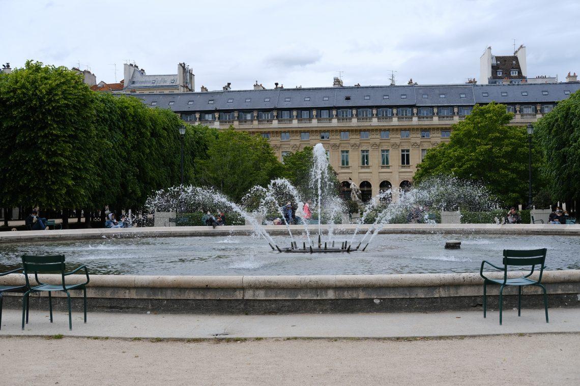 Une jolie fontaine au centre du jardin du Palais Royal
