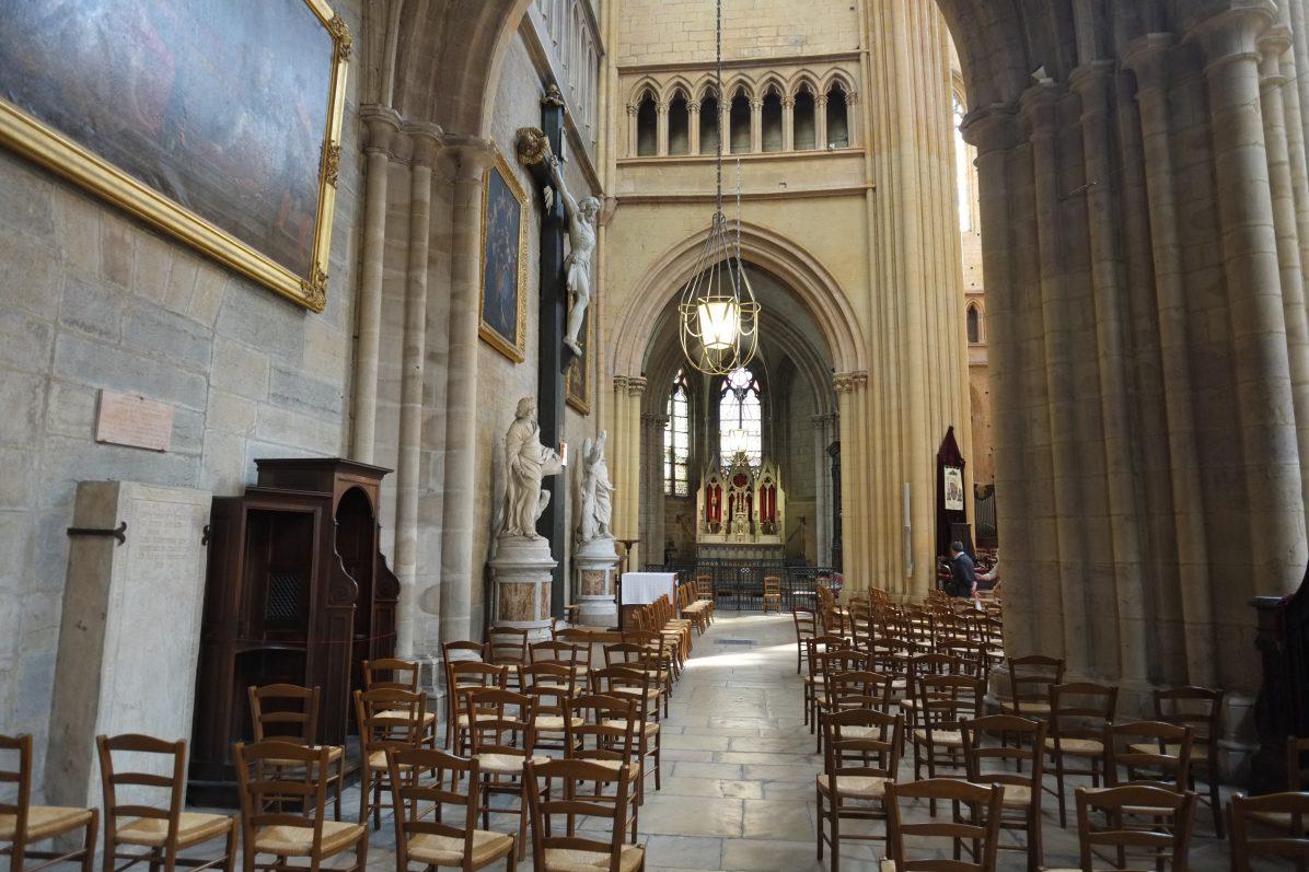 Une vue de l'intérieur de la Cathédrale Sainte-Bénigne à Dijon