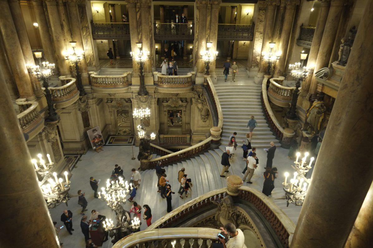 Une vue du deuxième étage sur le grand escalier du Palais Garnier