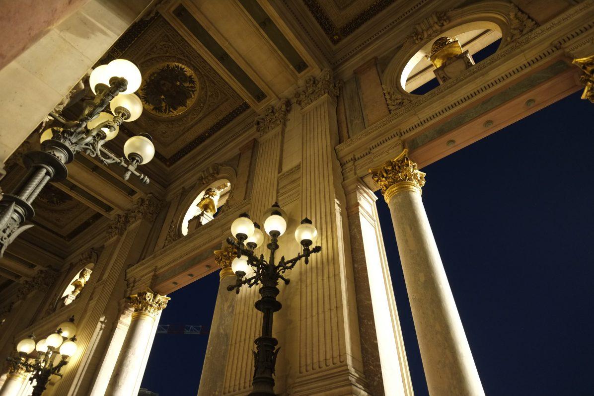 Une vue du grand balcon qui donne directement sur la place de l'Opéra
