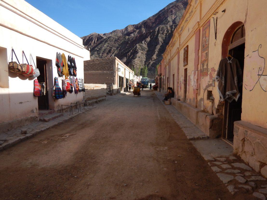 Dans la rue du village de Purmamarca