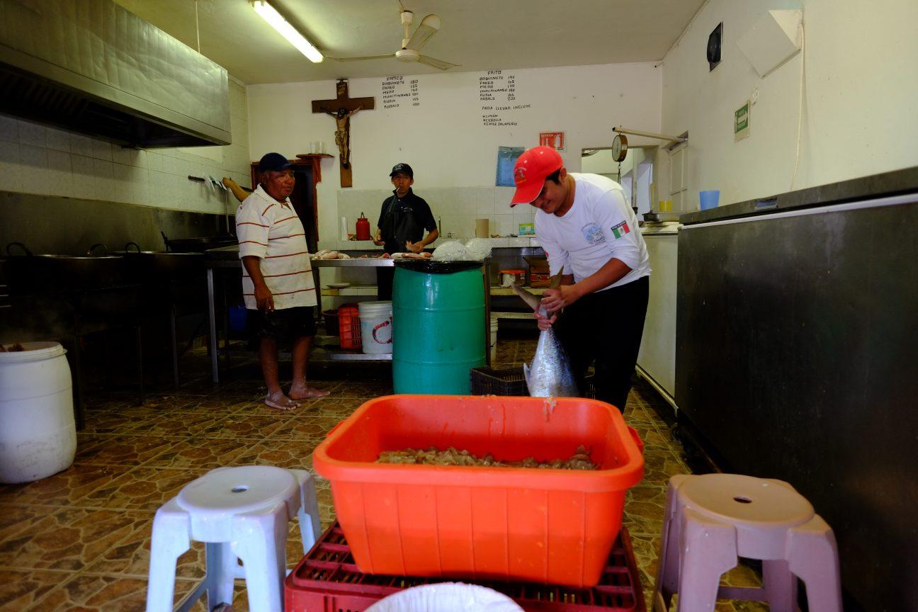 La préparation du ceviche dans un petit restaurant traditionnel et local