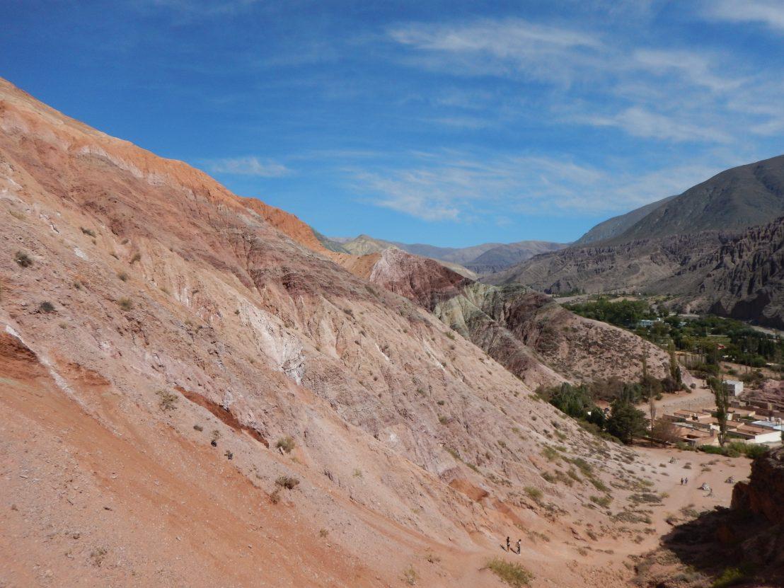 Les impressionnantes falaises qui entourent le village de Purmamarca