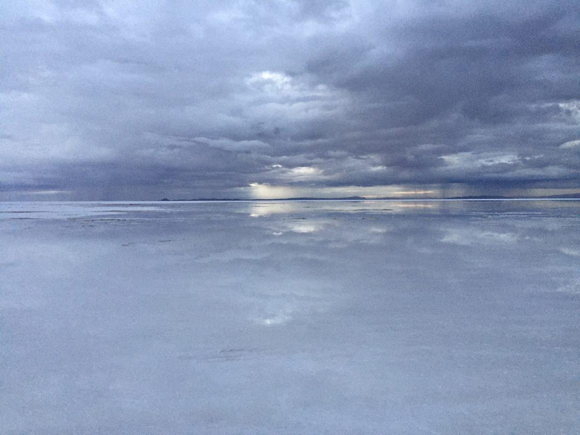 Les reflets irréels sur le salar d'Uyuni juste après la pluie